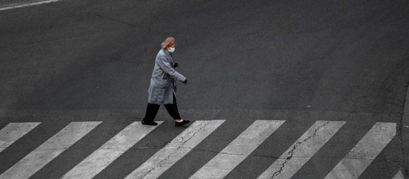 ne-pas-modifier-une-femme-portant-un-masque-confinement-paris-illustration-coronavirus-covid-19_6259200